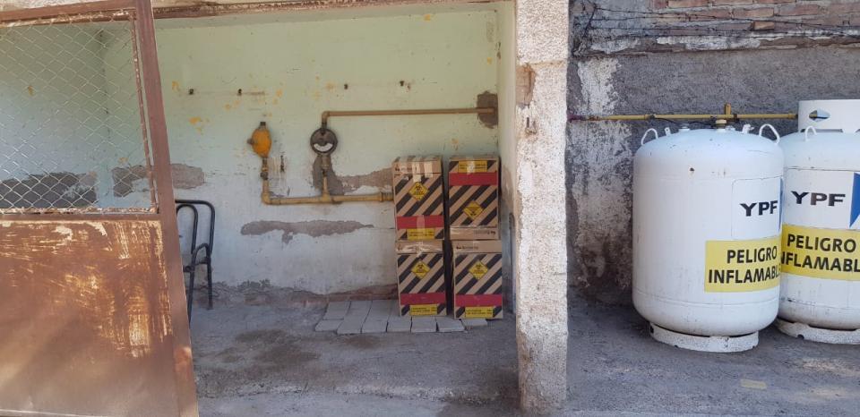 Las paredes y el tendido eléctrico en estado de destrucción