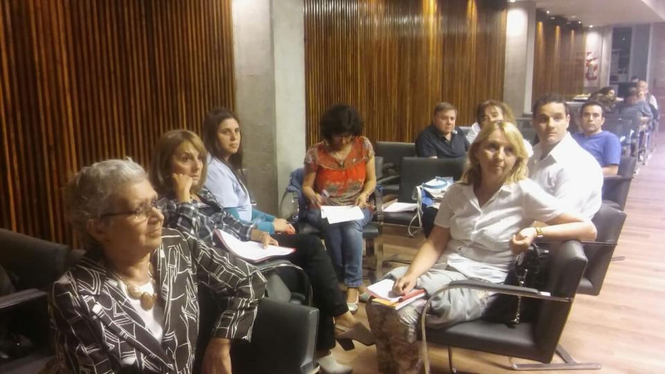 Marta Fracapani, directora del Programa, atenta a la disertación de la doctora Arreghini